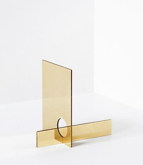 Falke Svatun fertigt Spiegel aus polierten Messingplatten.
