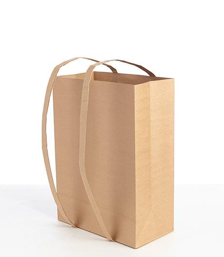 Gut wie Jute: Dieser Papierrucksack sagt der Plastiktüte den Kampf an.