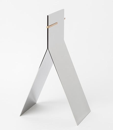 Lee Sanghyeok hat aus zwei polierten und geknickten Stahlblättern einen wandelbaren Standspiegel entworfen.