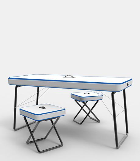 Vom Schwimmbrett zum Tisch: ultraleichte Aufblasmöbel von Claudio Gatto.