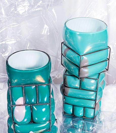 Vase im Käfig: Lucia Massari setzt ihren Glasobjekte mithilfe von Exoskeletten konkrete Grenzen.