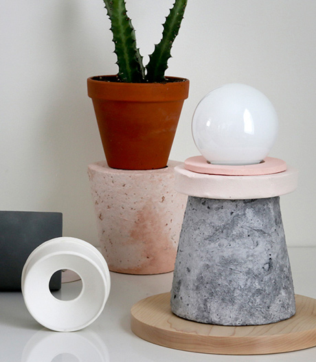 Dear Human entwirft Leichtgewichte wie diese Leuchten, die nach Stein aussehen, aber aus Papierpulpe gefertigt sind.